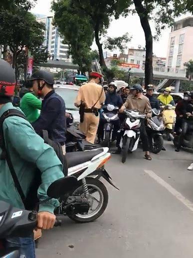 Hà Nội: CSGT yêu cầu dừng xe, nữ tài xế vẫn bình thản lái xe và nói Tôi đang bận, tý quay lại - Ảnh 3.
