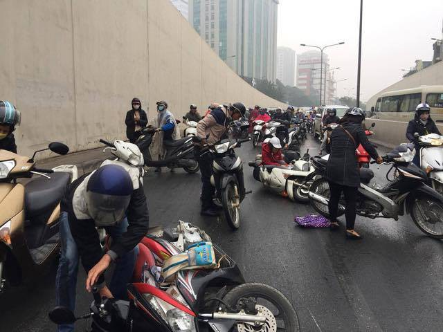 Hà Nội: Cơn mưa phùn bất chợt khiến hàng loạt phụ nữ trẻ em té ngã la liệt trong hầm Kim Liên - Ảnh 2.