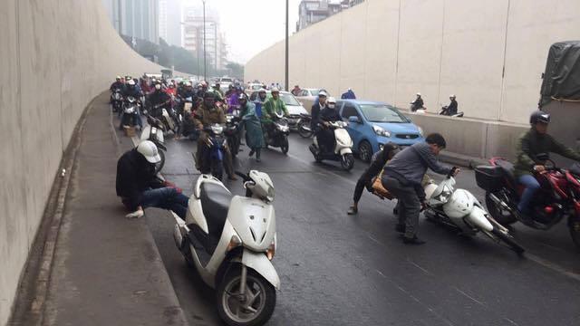 Hà Nội: Cơn mưa phùn bất chợt khiến hàng loạt phụ nữ trẻ em té ngã la liệt trong hầm Kim Liên - Ảnh 4.