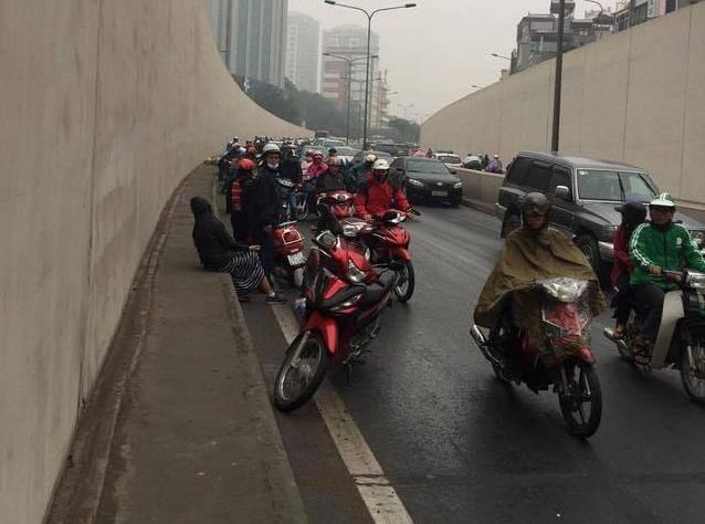 Hà Nội: Cơn mưa phùn bất chợt khiến hàng loạt phụ nữ trẻ em té ngã la liệt trong hầm Kim Liên - Ảnh 5.