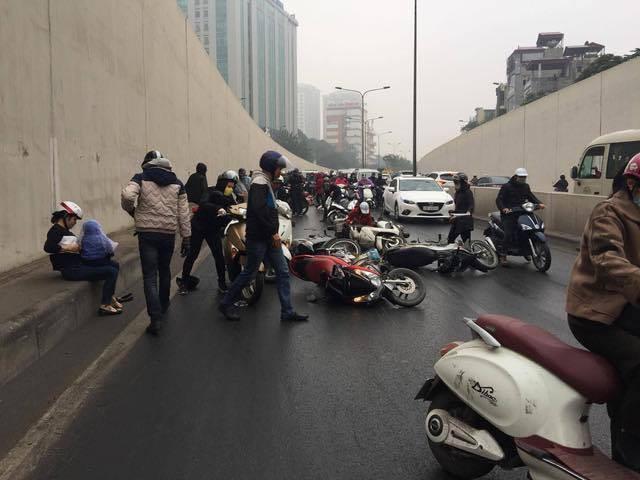 Hà Nội: Cơn mưa phùn bất chợt khiến hàng loạt phụ nữ trẻ em té ngã la liệt trong hầm Kim Liên - Ảnh 6.