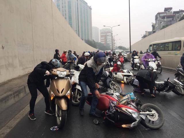 Hà Nội: Cơn mưa phùn bất chợt khiến hàng loạt phụ nữ trẻ em té ngã la liệt trong hầm Kim Liên - Ảnh 7.