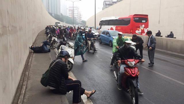 Hà Nội: Cơn mưa phùn bất chợt khiến hàng loạt phụ nữ trẻ em té ngã la liệt trong hầm Kim Liên - Ảnh 8.