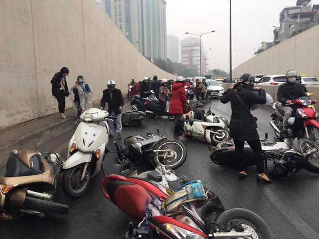 Hà Nội: Cơn mưa phùn bất chợt khiến hàng loạt phụ nữ trẻ em té ngã la liệt trong hầm Kim Liên - Ảnh 9.