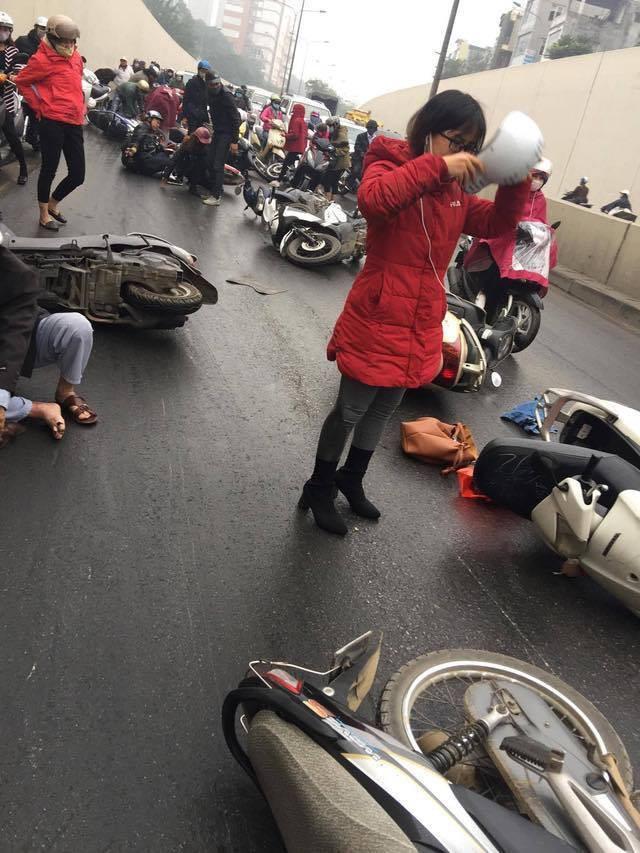 Hà Nội: Cơn mưa phùn bất chợt khiến hàng loạt phụ nữ trẻ em té ngã la liệt trong hầm Kim Liên - Ảnh 10.