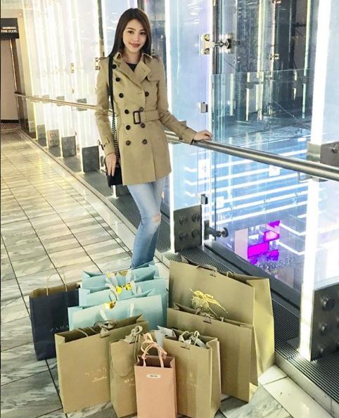 Ngắm cuộc sống sang chảnh, ngập trong đồ hiệu, du lịch xa xỉ của Jolie Nguyễn - hoa hậu hội con nhà giàu Việt Nam - Ảnh 32.