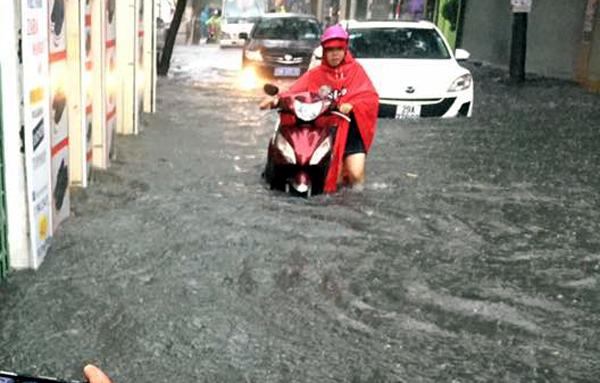 Ảnh hưởng của hoàn lưu bão số 2, Hà Nội mưa lớn, nhiều khu phố đã bị ngập - Ảnh 6.
