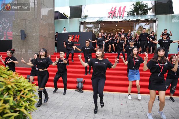 H&M Việt Nam đã chính thức mở cửa đón khách, dân tình xếp hàng chờ vào mua ra tới tận ngoài đường - Ảnh 18.