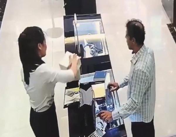 Lạng Sơn: 2 khách ngoại quốc trộm đồng hồ hàng hiệu trên 200 triệu đồng bị tóm tại Hà Nội - Ảnh 3.