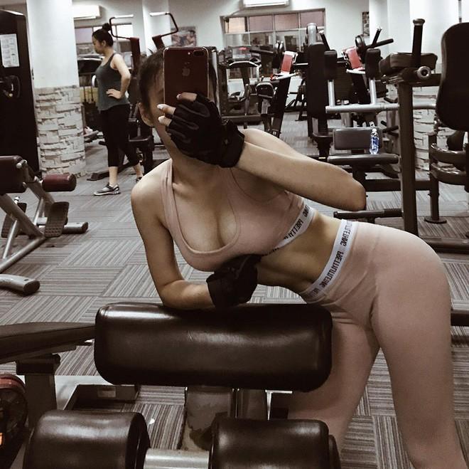 Chiêu đứng tạo dáng gợi cảm đã xưa rồi, giờ sao Việt toàn tranh thủ các động tác tập gym hay yoga để khoe body sexy - Ảnh 18.