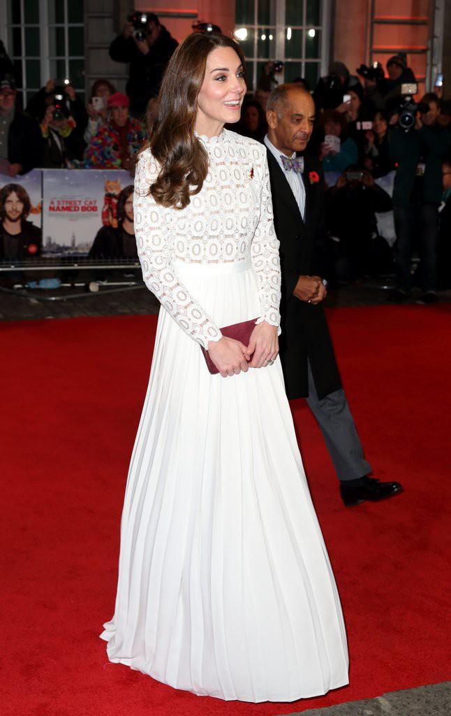 Các tín đồ mê mệt váy áo của Công nương Kate có thể dễ dàng tìm mua những thiết kế này với phiên bản mô phỏng chỉ vài trăm ngàn - Ảnh 5.