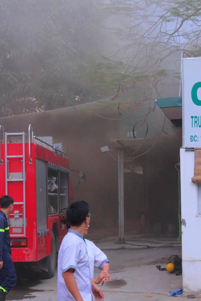 Hà Nội: Cháy lớn ở garage ô tô trên đường Ngụy Như Kon Tum, khói đen bốc lên nghi ngút, từ xa cũng nhìn thấy - Ảnh 8.