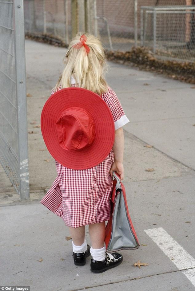 Mối nguy từ những chiếc mũ rộng vành đang đe dọa tính mạng con bạn - Ảnh 2.