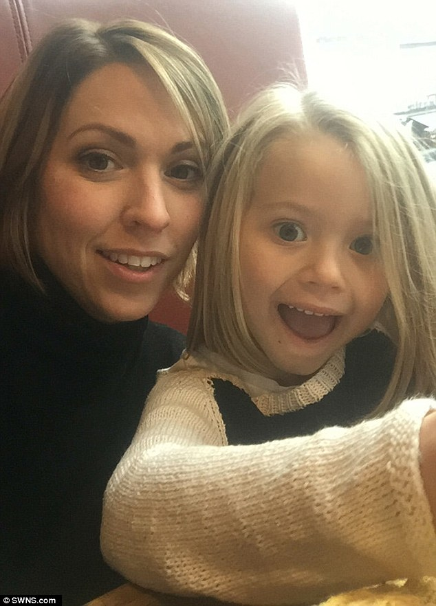 """Mới 4 tuổi, bé gái xinh xắn đã """"bùng học mầm non đi làm người mẫu   - Ảnh 3."""