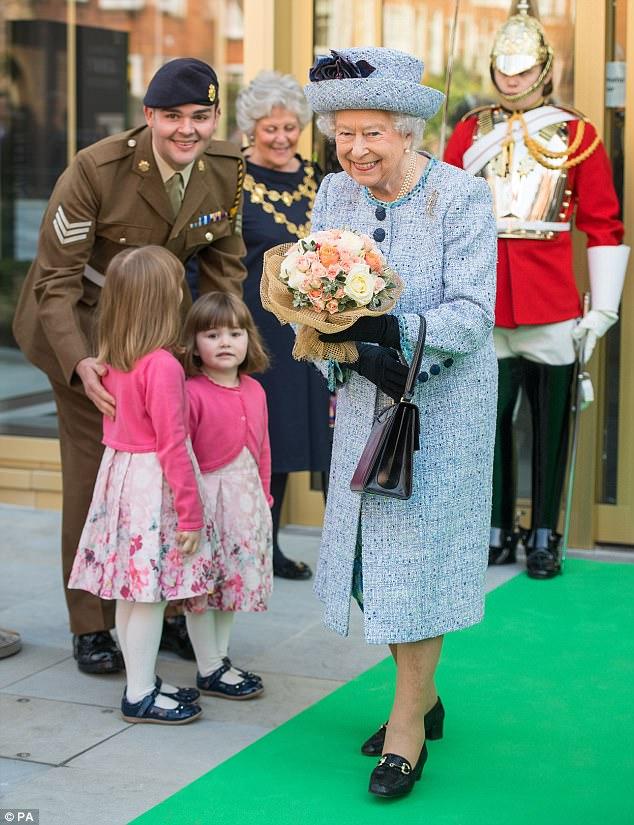 """Thanh xuân đã qua: Bắt gặp Nữ hoàng Anh đứng """"tần ngần"""" trước bộ đồ từng mặc hơn 60 năm về trước - Ảnh 3."""