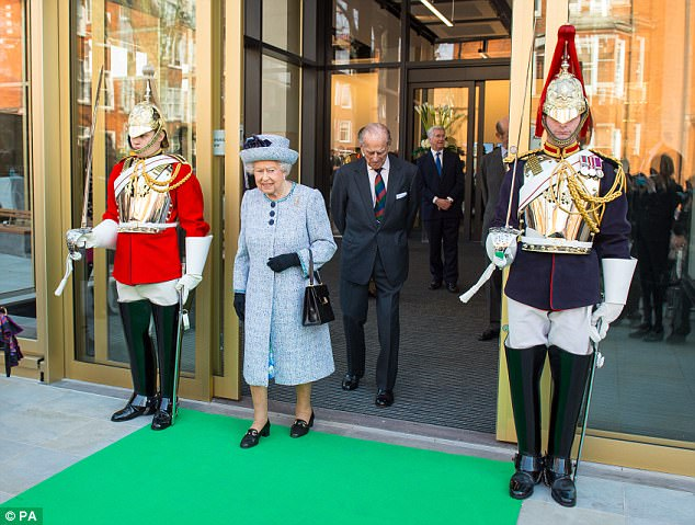 """Thanh xuân đã qua: Bắt gặp Nữ hoàng Anh đứng """"tần ngần"""" trước bộ đồ từng mặc hơn 60 năm về trước - Ảnh 4."""