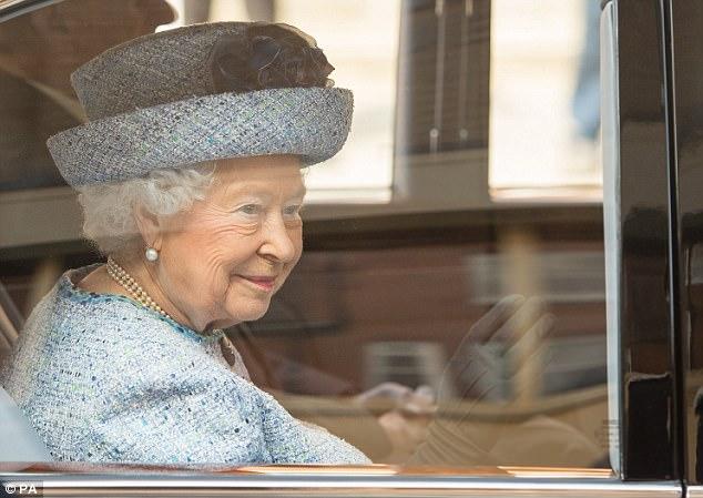 """Thanh xuân đã qua: Bắt gặp Nữ hoàng Anh đứng """"tần ngần"""" trước bộ đồ từng mặc hơn 60 năm về trước - Ảnh 6."""
