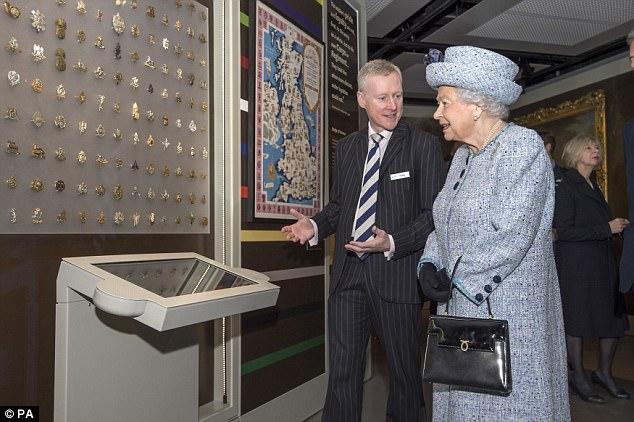 """Thanh xuân đã qua: Bắt gặp Nữ hoàng Anh đứng """"tần ngần"""" trước bộ đồ từng mặc hơn 60 năm về trước - Ảnh 5."""