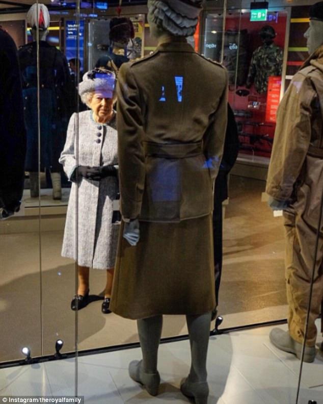 """Thanh xuân đã qua: Bắt gặp Nữ hoàng Anh đứng """"tần ngần"""" trước bộ đồ từng mặc hơn 60 năm về trước - Ảnh 1."""