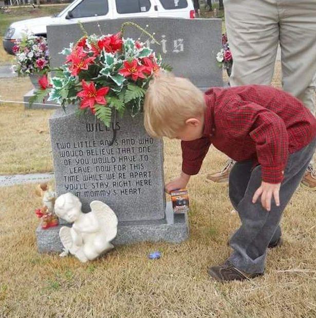 Động lòng hình ảnh anh trai qua năm tháng vẫn ngồi bên nấm mộ kể chuyện cho cậu em sinh đôi - Ảnh 4.