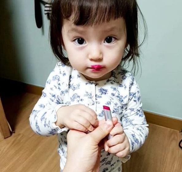 Bé gái 3 tuổi xinh xắn đốn tim hàng trăm nghìn cư dân mạng - Ảnh 6.