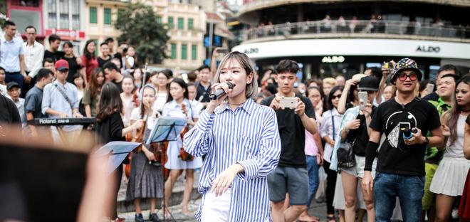 Cô gái khiến cả triệu phụ nữ ghen tị phát sốt vì màn cầu hôn đẹp hơn phim trên phố đi bộ Hà Nội - Ảnh 3.