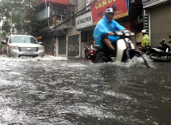 Ảnh hưởng của hoàn lưu bão số 2, Hà Nội mưa lớn, nhiều khu phố đã bị ngập - Ảnh 7.