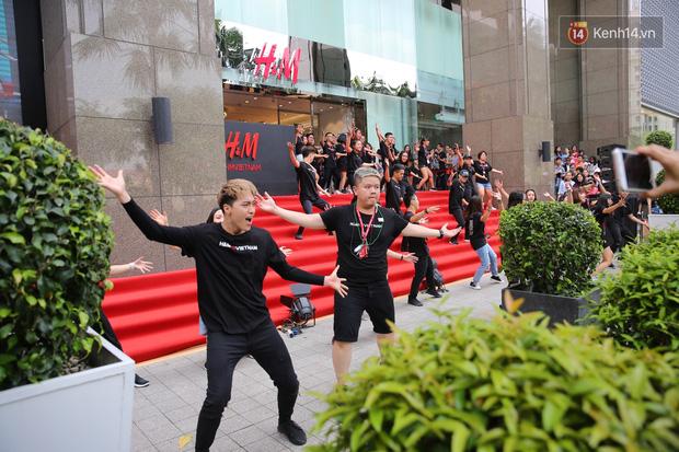 H&M Việt Nam đã chính thức mở cửa đón khách, dân tình xếp hàng chờ vào mua ra tới tận ngoài đường - Ảnh 19.