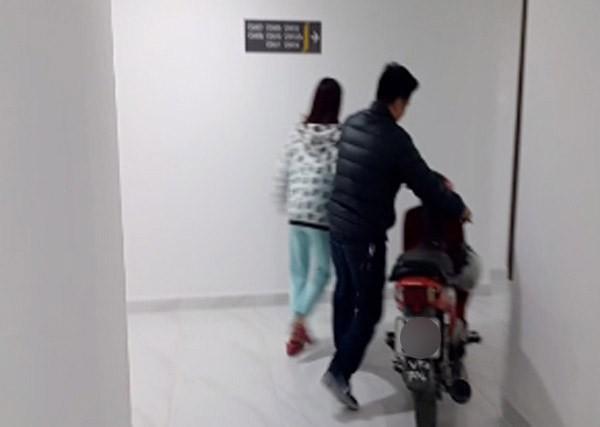 Hà Nội: Thực hư vụ cư dân dắt xe máy lên căn hộ cao cấp, phản đối phí gửi xe quá cao - Ảnh 3.
