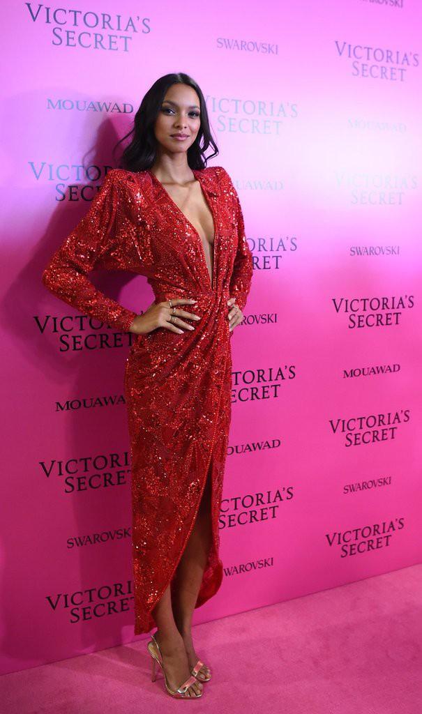 Mỹ nhân Tình người duyên ma khoe thân hình đồng hồ cát trên thảm hồng Victoria's Secret 2017 - Ảnh 8.