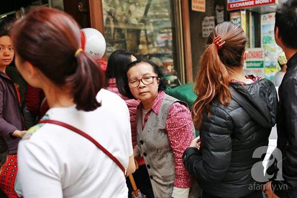 29 Tết, người Hà Nội xếp hàng mua bánh chưng, giò chả gia truyền - Ảnh 6.