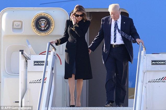 Mặc dân tình bàn tán, bà Trump vẫn tiếp tục từ chối nắm tay chồng khi xuống máy bay ở Ý 1