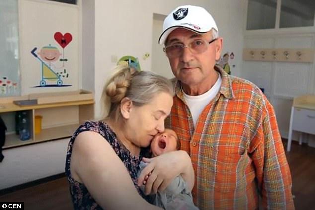 Vừa nghe tiếng con khóc sau sinh, người chồng quyết định làm một việc tàn nhẫn với vợ chung sống mấy chục năm - ảnh 1
