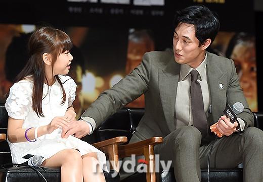 Đáng yêu thế này, bảo sao So Ji Sub - Song Joong Ki không làm fan điêu đứng - Ảnh 8.