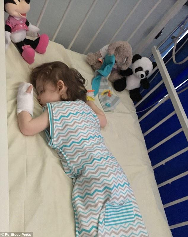 Mẹ ơi, đầu gối của con, cô bé 2 tuổi gào khóc thảm thiết khi nhìn mẹ và chứng bệnh nguy hiểm ở trẻ nhỏ - Ảnh 5.