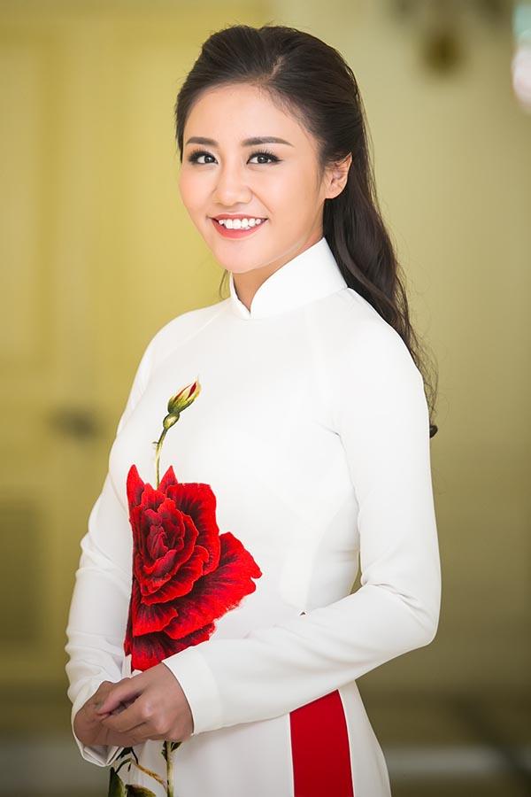 Tạm xa ghế nóng Idol Kids, Văn Mai Hương điệu đà với áo dài  - Ảnh 2.