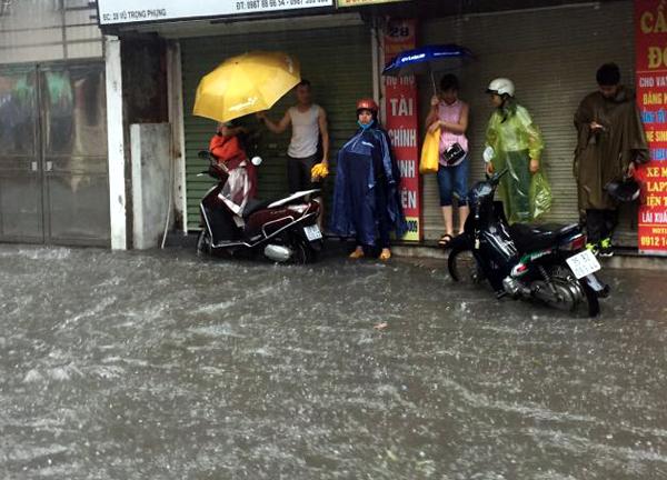 Ảnh hưởng của hoàn lưu bão số 2, Hà Nội mưa lớn, nhiều khu phố đã bị ngập - Ảnh 8.