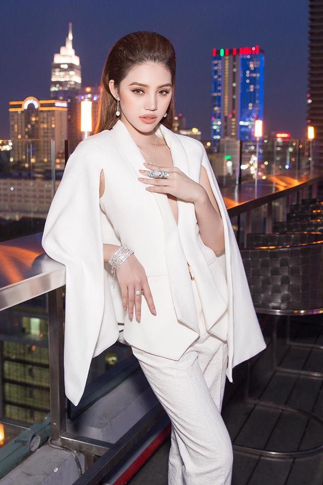 Ngắm cuộc sống sang chảnh, ngập trong đồ hiệu, du lịch xa xỉ của Jolie Nguyễn - hoa hậu hội con nhà giàu Việt Nam - Ảnh 2.