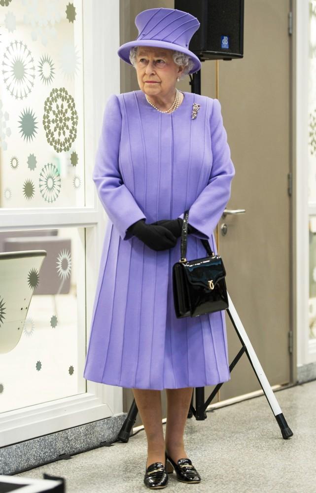 Những quy tắc hoàng gia nghiêm ngặt đằng sau trang phục chóe lọe của Nữ hoàng Anh - Ảnh 5.