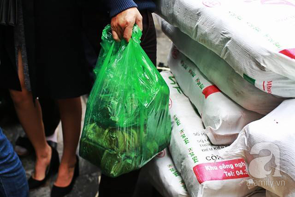29 Tết, người Hà Nội xếp hàng mua bánh chưng, giò chả gia truyền - Ảnh 7.