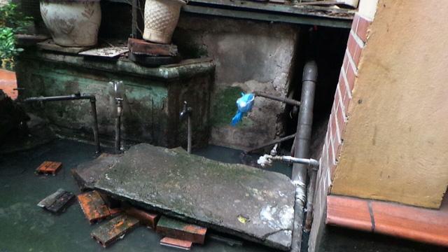 Hà Nội: Hàng chục hộ dân sống trong ổ muỗi sốt xuất huyết vì đường cống thoát nước chung bị bịt - Ảnh 4.