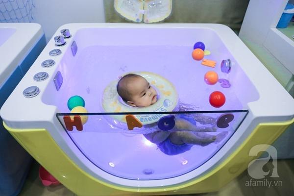 Đột nhập trung tâm mát-xa dưới nước cho trẻ sơ sinh xem các bé bơi nổi từ 5 tuần tuổi - Ảnh 6.