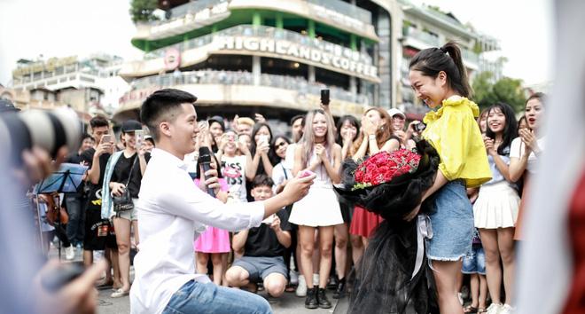 Cô gái khiến cả triệu phụ nữ ghen tị phát sốt vì màn cầu hôn đẹp hơn phim trên phố đi bộ Hà Nội - Ảnh 5.