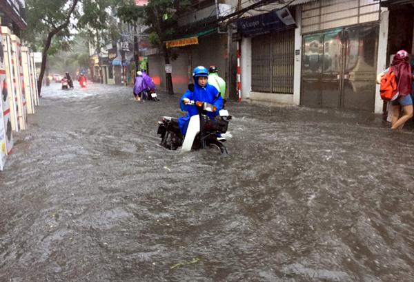 Ảnh hưởng của hoàn lưu bão số 2, Hà Nội mưa lớn, nhiều khu phố đã bị ngập - Ảnh 9.