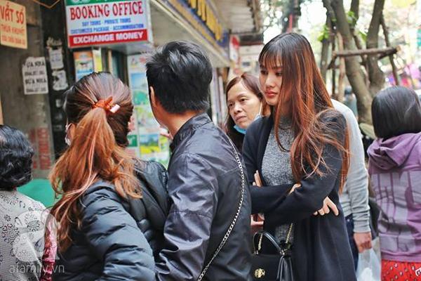 29 Tết, người Hà Nội xếp hàng mua bánh chưng, giò chả gia truyền - Ảnh 8.