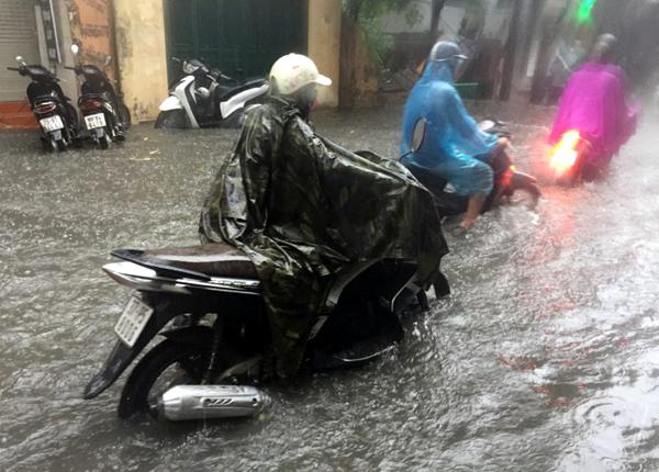 Ảnh hưởng của hoàn lưu bão số 2, Hà Nội mưa lớn, nhiều khu phố đã bị ngập - Ảnh 10.