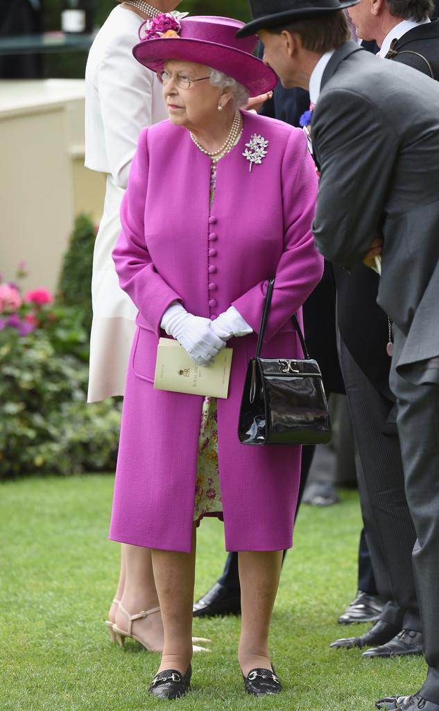 Những quy tắc hoàng gia nghiêm ngặt đằng sau trang phục chóe lọe của Nữ hoàng Anh - Ảnh 7.