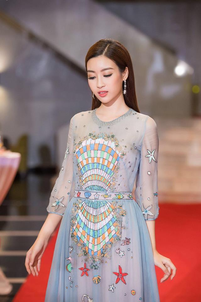 Đụng hàng váy với Hoa hậu Đỗ Mỹ Linh, nhưng Văn Mai Hương lại già hơn hẳn vì chọn nhầm phụ kiện kiểu... quý bà - Ảnh 4.