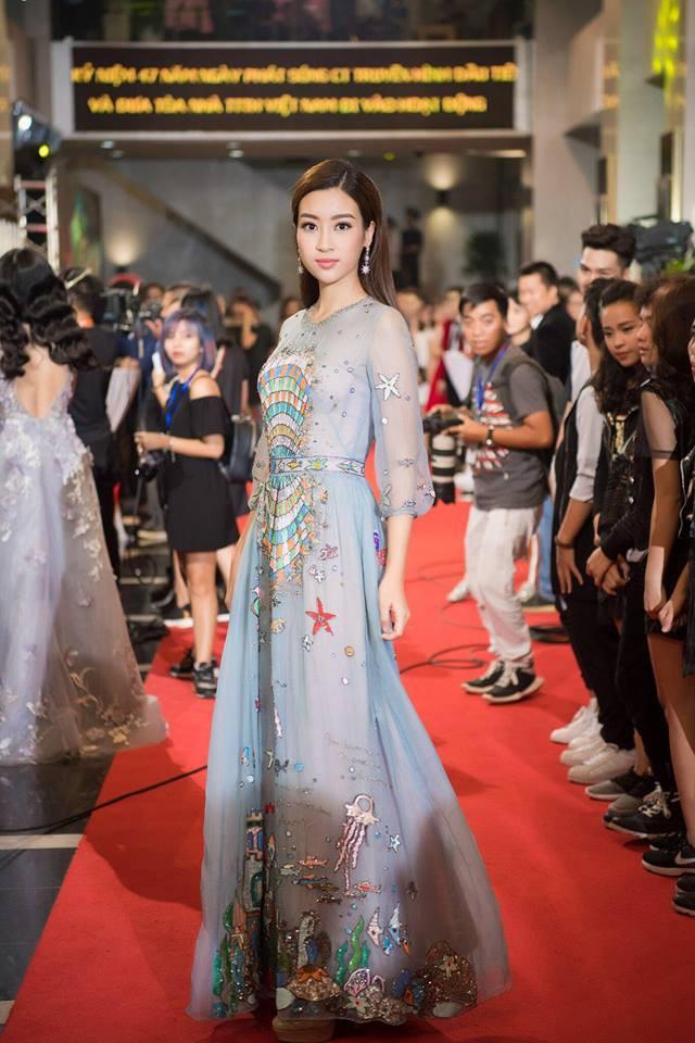 Đụng hàng váy với Hoa hậu Đỗ Mỹ Linh, nhưng Văn Mai Hương lại già hơn hẳn vì chọn nhầm phụ kiện kiểu... quý bà - Ảnh 5.