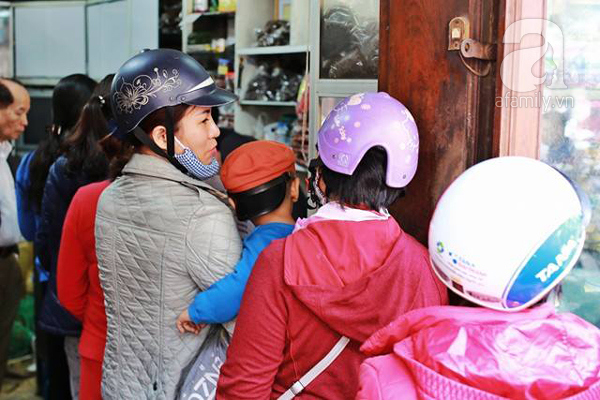 29 Tết, người Hà Nội xếp hàng mua bánh chưng, giò chả gia truyền - Ảnh 9.